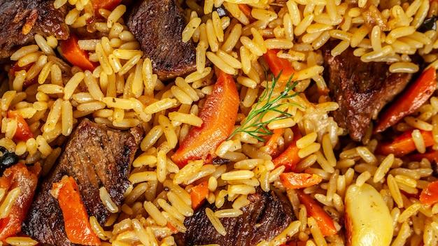 Nationaler usbekischer pilaw mit fleisch.