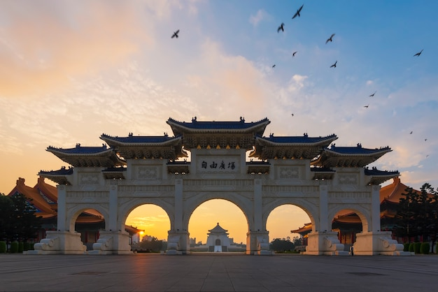 Nationales chiang kai-shek memorial hall unter sonnenunterganghimmel am abend in taipeh, taiwan.