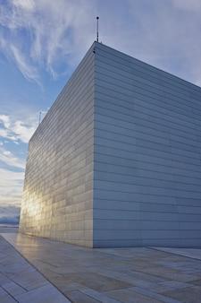 Nationales osloer opernhaus gegen blauen himmel, norwegen. detail des gebäudes während des sonnenuntergangs.