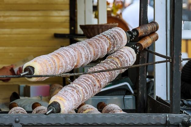 Nationales streetfood der tschechischen republik. backen beliebter trdlo an den straßenständen.
