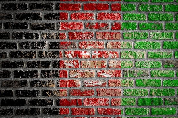 Nationalflagge afghanistans auf einer alten mauer