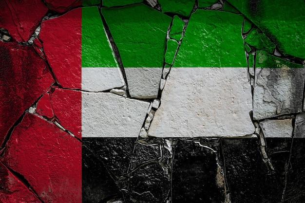 Nationalflagge der vereinigten arabischen emirate auf einer alten steinmauer