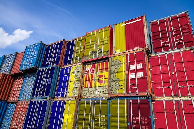 Nationalflagge von andorra auf einer großen anzahl von metallbehältern für die lagerung von waren in reihen gestapelt