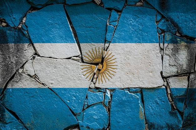 Nationalflagge von argentinien auf einer alten steinmauer