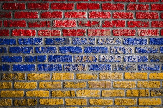Nationalflagge von armenien auf einer alten backsteinmauer