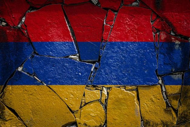 Nationalflagge von armenien auf einer alten steinmauer