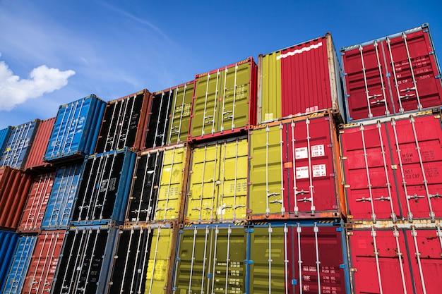 Nationalflagge von belgien auf einer großen anzahl von metallbehältern für die lagerung von waren in reihen gestapelt