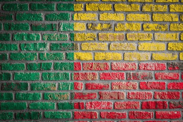 Nationalflagge von benin auf einer alten backsteinmauer