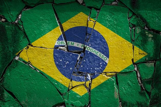 Nationalflagge von brasilien auf einer alten steinmauer