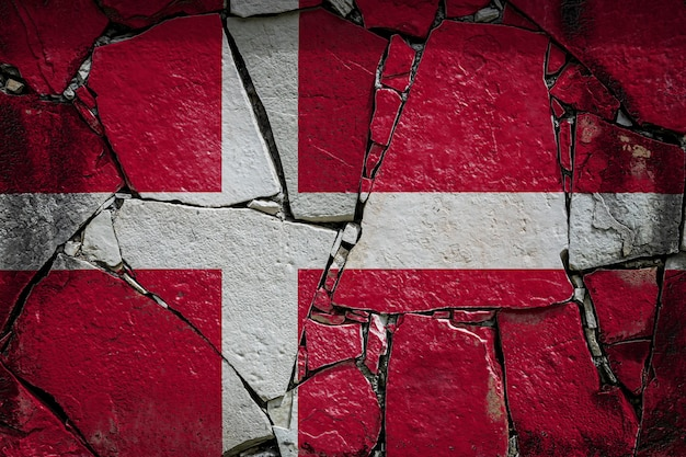 Nationalflagge von dänemark auf einer alten steinmauer