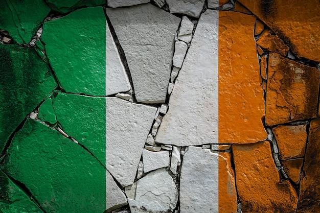 Nationalflagge von irland auf einer alten steinmauer