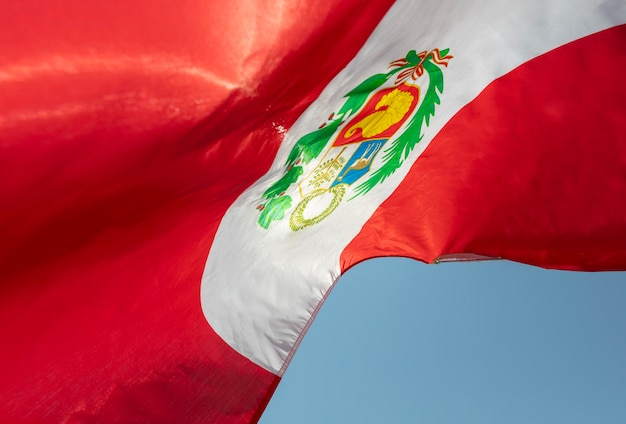 Nationalflagge von peru mit symbol