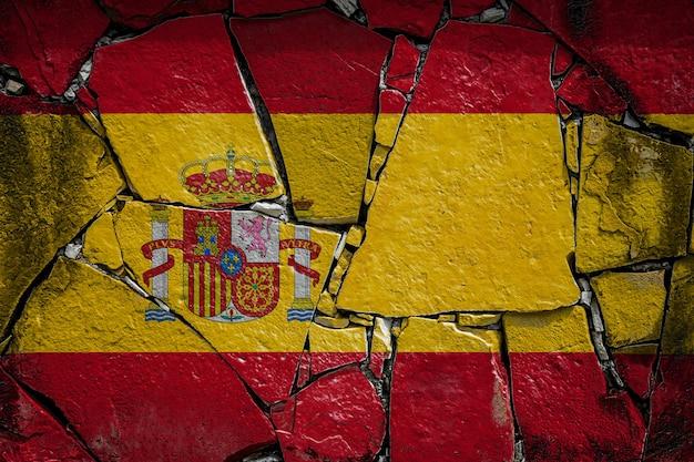 Nationalflagge von spanien auf einer alten steinmauer