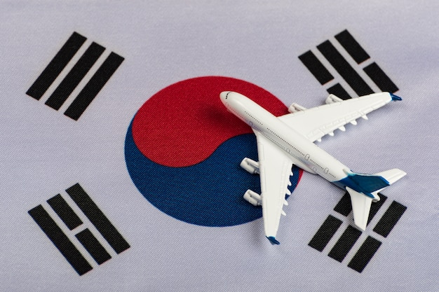 Nationalflagge von südkorea und modellflugzeug. wiederaufnahme der flüge nach quarantäne