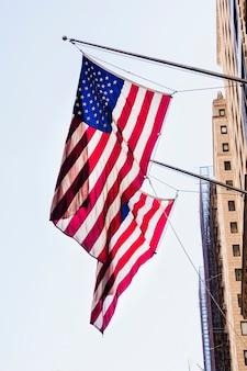 Nationalflaggen von amerika am gebäude