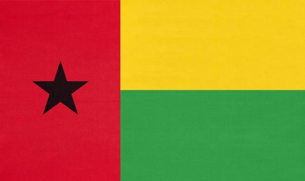 Nationalgewebefahne der republik guinea-bissau, textiler hintergrund.