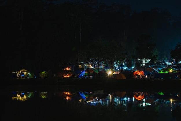 Nationalpark khao-yai, nakhon ratchasima, thailand, buntes kampieren im wald