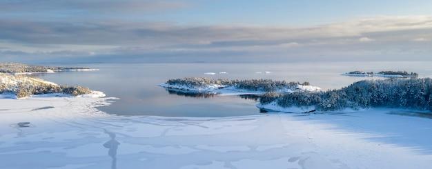 Nationalpark ladoga skerries, im winter in karelien. kleine inseln im schnee am ladogasee