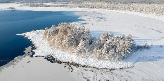 Nationalpark ladoga skerries, im winter in karelien russland steininsel im schnee am ladogasee