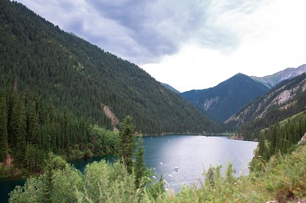 Nationalpark mit bergsee im sommer