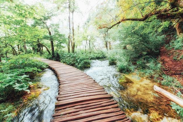 Nationalpark plitvicer seen, touristenroute auf dem holzboden entlang des wasserfalls