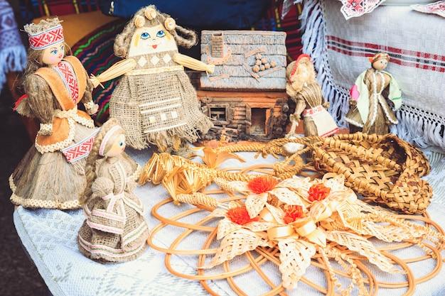 Nationalpuppen und souvenirs von belarus