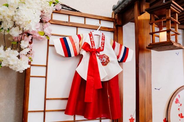 Nationaltracht. koreanischer traditioneller feiertag doljanchi erster geburtstag, dekoration. einhaltung der bräuche der ahnen. arbeit des dekorateurs, veranstalters der veranstaltung.
