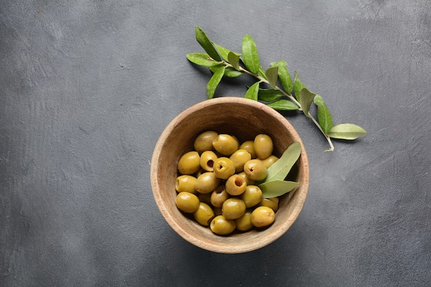 Natives olivenöl extra, olivenzweig und oliven