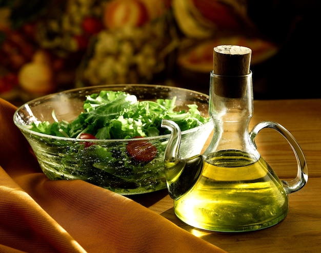 Natives olivenöl extra und salat