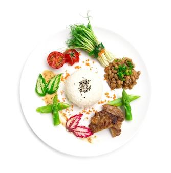 Natto mit reis und grill schweinefleisch japan fusion-stil essen gesunde mini-beilage dekorieren erbsensprossen rollsalat sasemi-sauce spargel, eingelegte gurke und rettich draufsicht lokalisiert auf weißem hintergrund