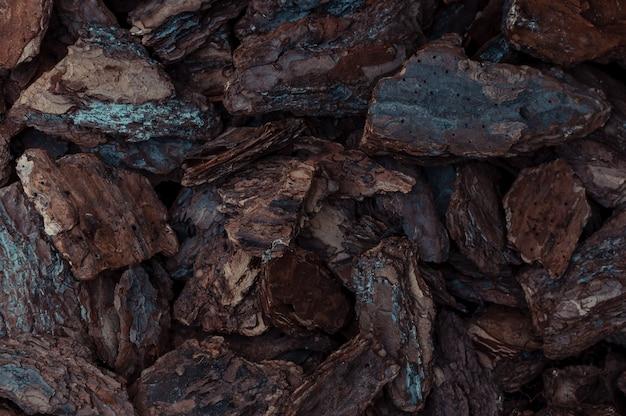 Natürlich aus roten und braunen holzstückchen aus kiefernrinde für die gartenarbeit