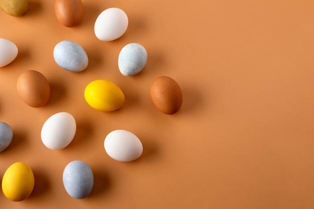 Natürlich gefärbte ostereier auf beige