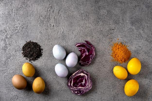 Natürlich gefärbte ostereier: kurkuma, rotkohl, schwarzer tee.