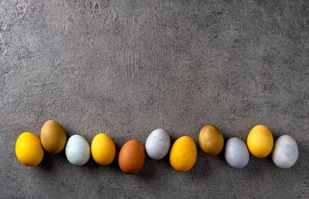 Natürlich gefärbte ostereier. osterkomposition auf grauem betonhintergrund.