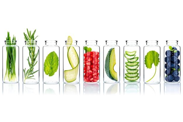 Natürliche alternative hautpflegebestandteile in den glasflaschen isolieren auf weißem hintergrund.