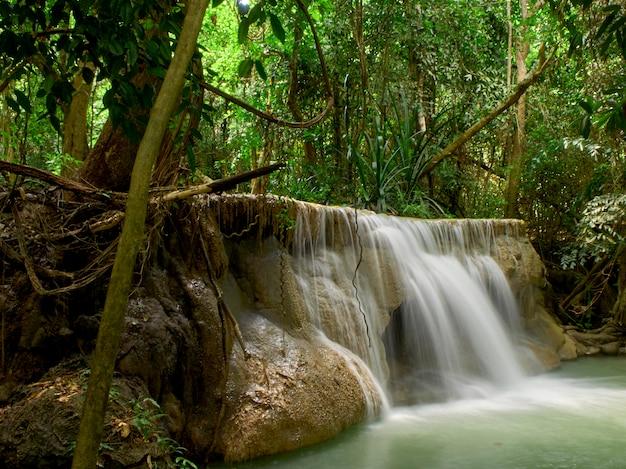 Natürliche anziehungskräfte des thailand-wasserfalls