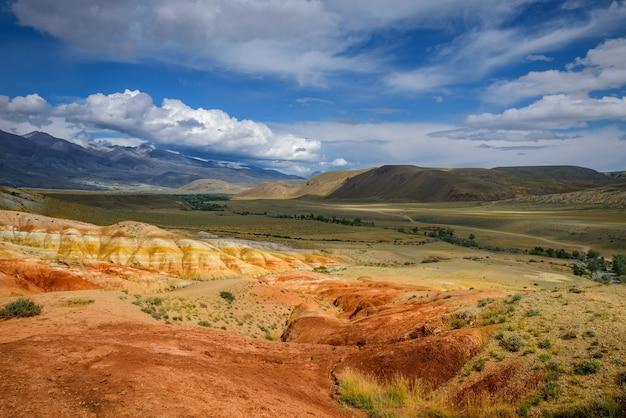 Natürliche attraktion des altai-gebirges, marslandschaften. panorama mit felsen vor blauem himmel