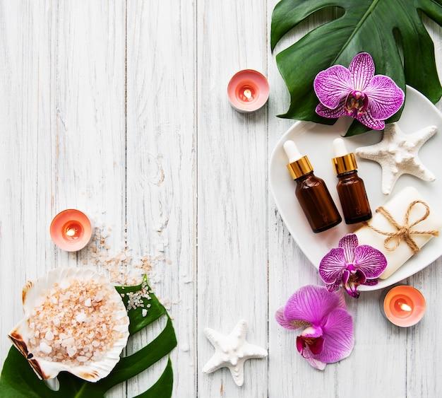 Natürliche badekurortbestandteile mit orchideenblumen