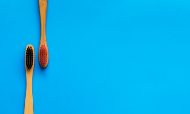 Natürliche bambuszahnbürsten eco auf blauem hintergrund. null abfall flach zu legen. 2