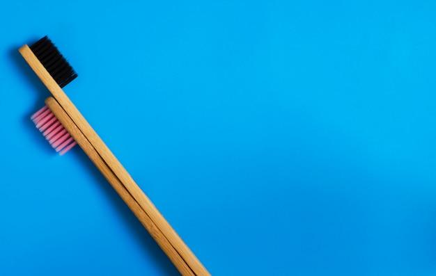 Natürliche bambuszahnbürsten eco auf blauem hintergrund. nullmüll flach legen 11