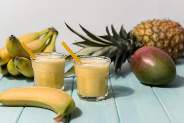 Natürliche bananen-smoothies-anordnung