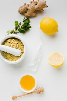 Natürliche behandlung mit honig und zitrone