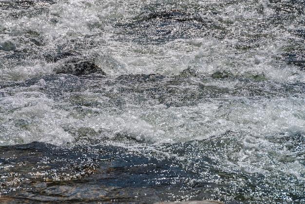 Natürliche beschaffenheit der geschäumten wasseroberfläche