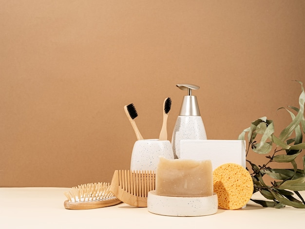 Natürliche bio-selbstpflegeprodukte. handgemachte seife, holzbürste und bambuszahnbürsten. spa-accessoires kreative kunstkomposition auf beigem hintergrund