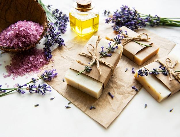 Natürliche bio-spa-kosmetik mit lavendelblüten