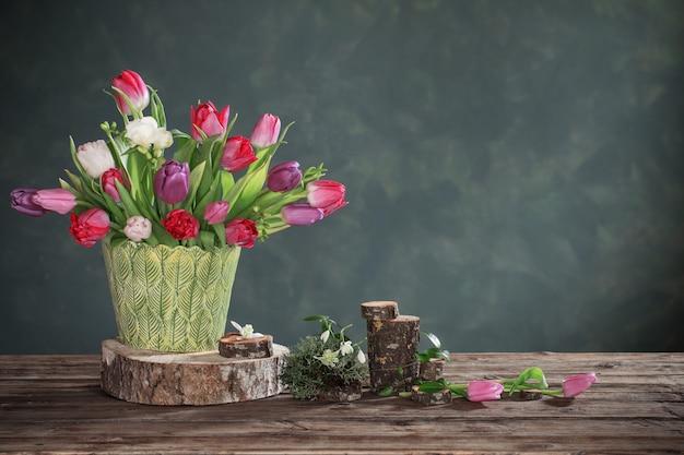 Natürliche dekoration mit frühlingsblumen auf holztisch