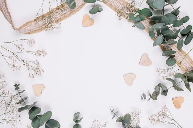 Natürliche dekoration mit herzen