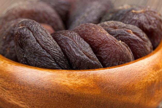 Natürliche dunkle bonbons aus aprikosenfrüchten, natürliche getrocknete aprikosen im sonnenlicht