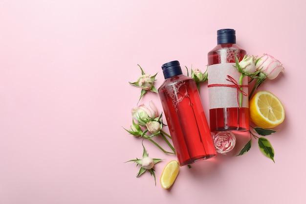 Natürliche duschgels und zutaten auf rosa hintergrund