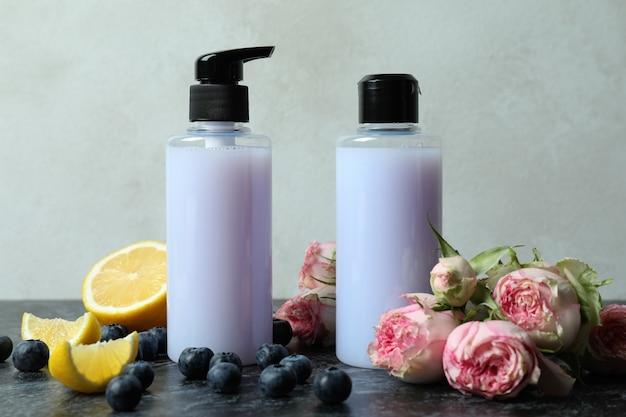 Natürliche duschgels und zutaten gegen weißen strukturierten hintergrund